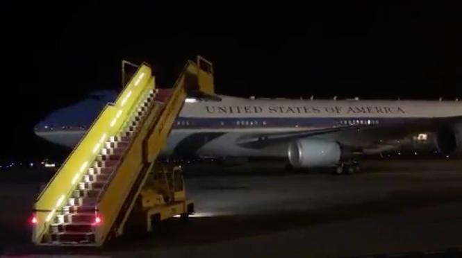 Chuyên cơ Tổng thống Obama đến sân bay Nội Bài.
