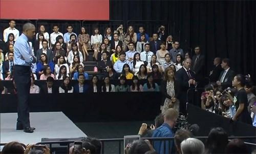 Tổng thống Obama phát biểu trước hàng trăm bạn trẻ.
