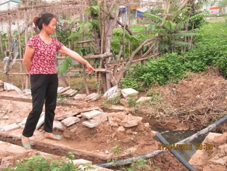 Nhân dân khu đô thị Đô Nghĩa bức xúc chỉ rõ vị trí mà Công ty thay thế ống nước mới với lời hứa ngày 15/5/2016 là có nước sạch