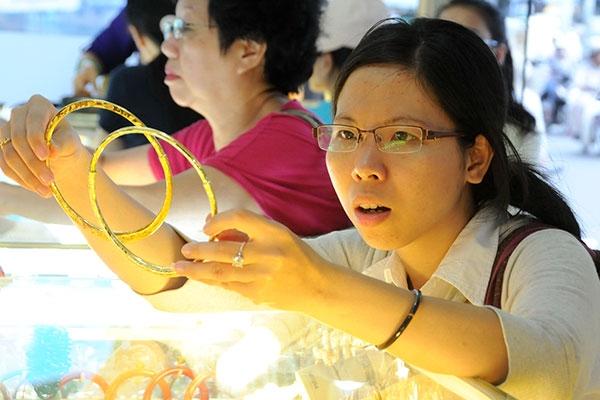 Vàng nữ trang và vàng nguyên liệu đang bị xuất lậu do giá trong nước thấp hơn giá thế giới