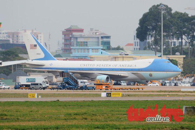 Chiếc Air Force One trên đường băng sân bay Tân Sơn Nhất - Ảnh: BẢO DUY