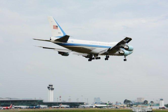 Chiếc Air Force One chở tổng thống Obama hạ cánh xuống sân bay Tân Sơn Nhất - Ảnh: Bảo Duy