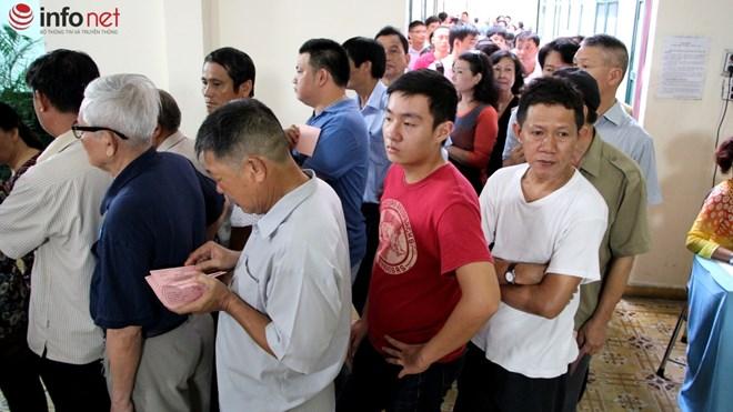 Người dân tại quận 3 xếp hàng đi bầu cử.