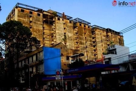 Chung cư 272 nhìn từ đường Trần Hưng Đạo.