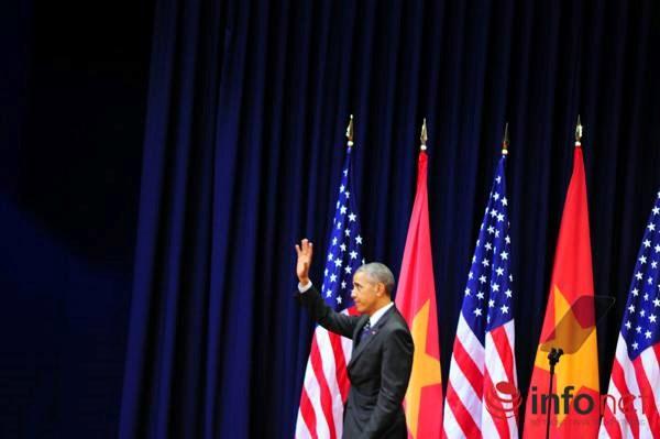 Ông Obama giơ tay chào người dân Việt Nam sau khi kết thúc bài phát biểu.