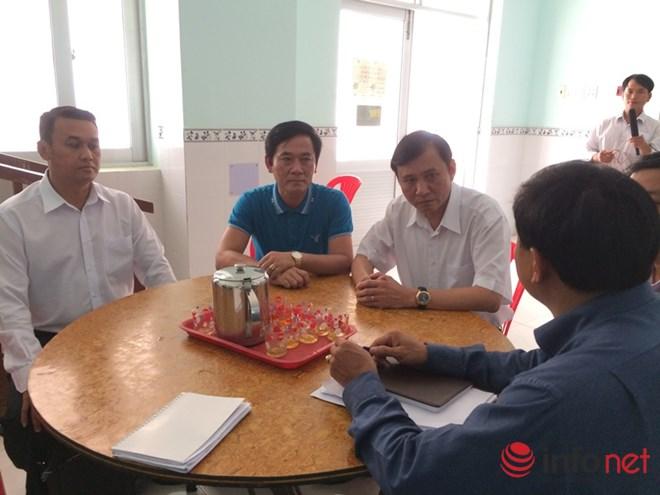 Phó Chủ tịch UBND tỉnh Quảng Ngãi Phạm Trường Thọ (ở giữa, áp trắng) tới gặp gỡ lãnh đạo tỉnh Bình Thuận để nắm thông tin về các nạn nhân gặp nạn của tỉnh Quảng Ngãi