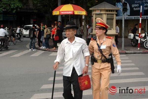 Nữ CSGT đưa người già qua đường