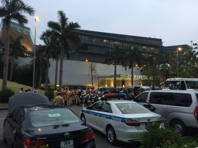 An ninh được tăng cường trước khu vực khách sạn - Ảnh: Xuân Long