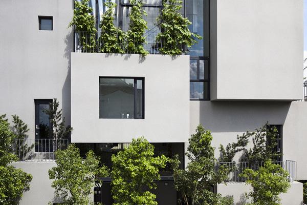 Ngôi nhà được chia thành nhiều khối, các khối hộp thoạt nhìn thì khô cứng nhưng cách sắp xếp được tính toán kĩ càng về cả công năng lẫn thẩm mỹ khiến chúng rất hút mắt.
