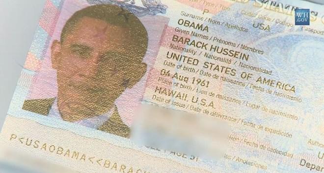 """Hộ chiếu của ông Obama cũng giống như hộ chiếu của các công dân khác, ngoại trừ dòng chữ: """"Người mang hộ chiếu này là Tổng thống Mỹ""""."""