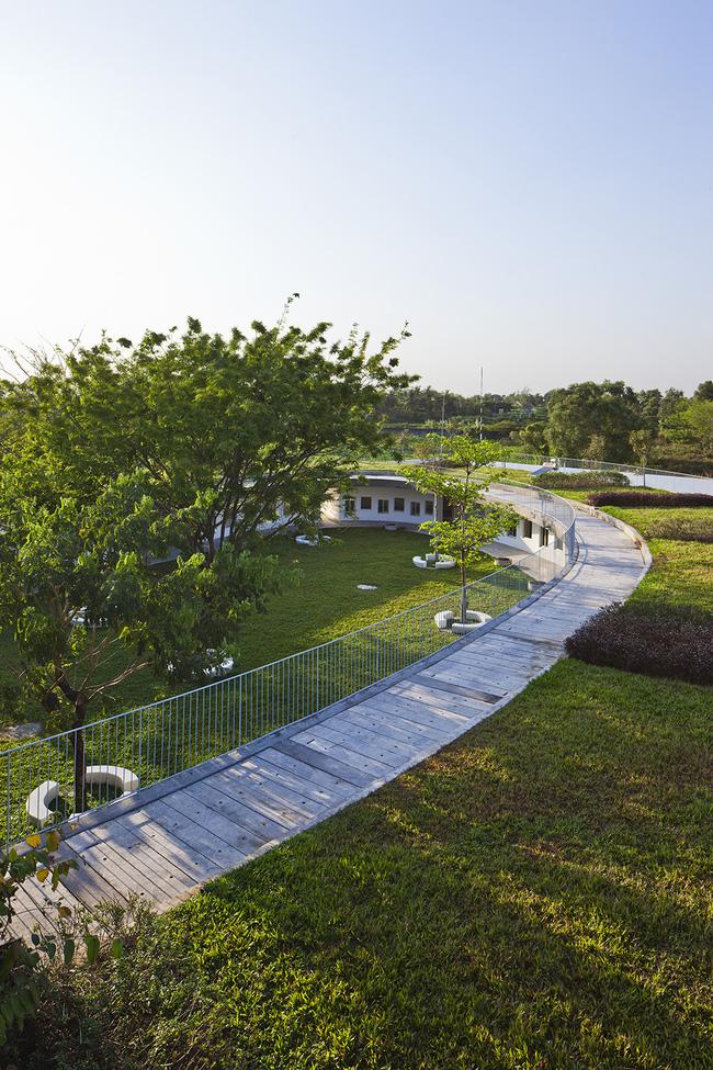 Với ý tưởng thiết kế một công trình xanh, bền vững cho các em nhỏ, các nhà thiết kế đã biến nơi đây trở thành một môi trường an toàn và giáo dục cho các em về tầm quan trọng của nông nghiệp