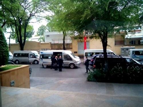 Đoàn xe của Tổng thống Mỹ chuẩn bị xuất phát.