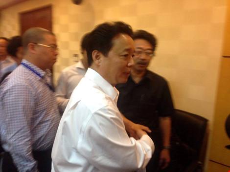 Bộ trưởng Trần Hồng Hà trong vòng vây báo chí. Ảnh: ĐT