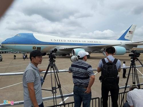 Tại sân bay Tân Sơn Nhất, chuyên cơ của Tổng thống Mỹ đang được kiểm tra an ninh trước chuyến hành trình. Ảnh: Zing.