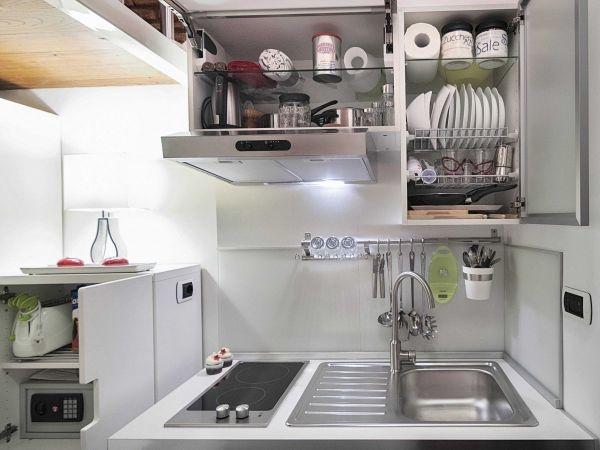 Bếp nấu và bồn rửa đặt gọn xinh ở một góc tường.