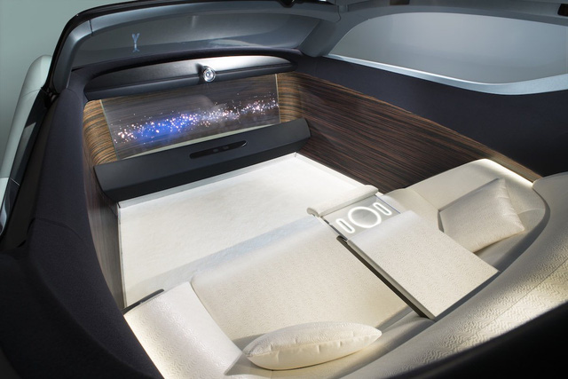 Trong một không gian bao bọc bởi gỗ và lụa, người ngồi trên xe chỉ việc tận hưởng những màn trình diễn từ màn hình OLED cực rộng phía trước.