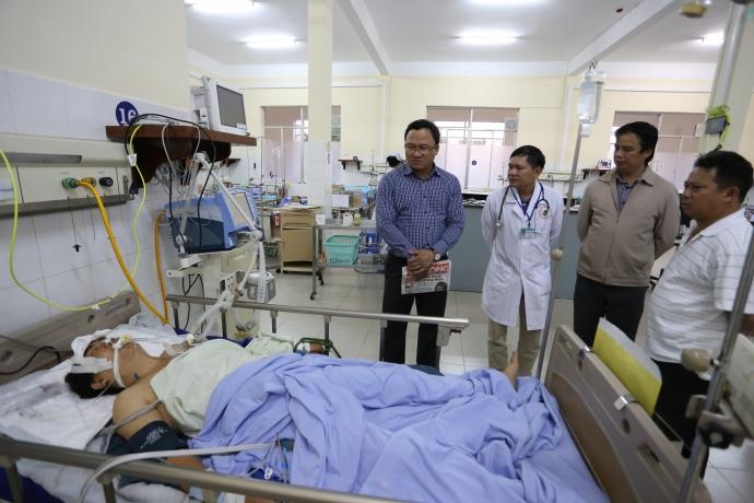 Ông Khuất Việt Hùng đến thăm và trao tiền hỗ trợ nạn nhân Trần Ngọc Quang (tài xế xe 60B-029.68 hiện vẫn trong tình trạng nguy kịch) đang được điều trị tại bệnh viện Đa khoa Lâm Đồng