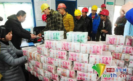 Bức tường tiền từ những cọc tiền có mệnh giá 100 nhân dân tệ Ảnh: YOUTH.CN