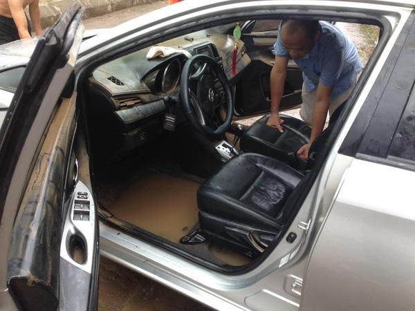 Chiếc ô tô Vios bị nước nhấn chìm dưới hầm biệt thự trong sự xót xa của khổ chủ (ảnh Otofun).