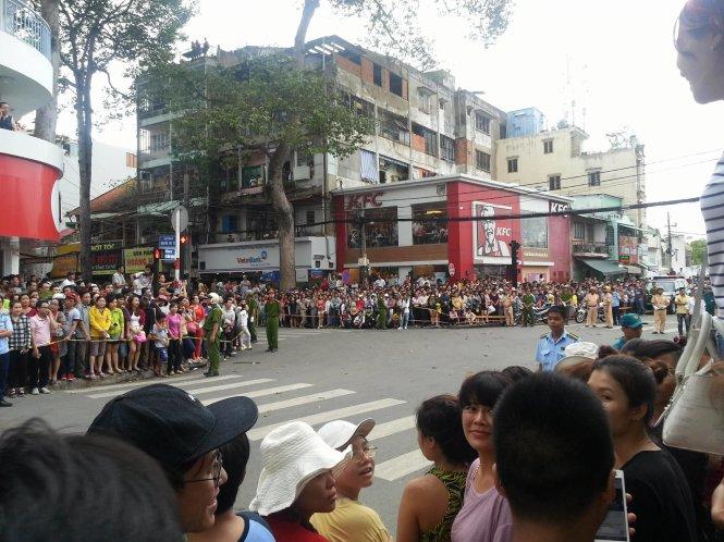 Nhiều người dân chờ đợi hai bên đường - Mai Hoa