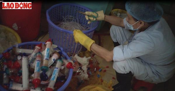 """Thay vì phải tiêu hủy, rác thải y tế độc hại được """"âm thầm"""" phân loại ngay tại BV Bạch Mai (Hà Nội) để chuyển cho một đường dây thu gom."""