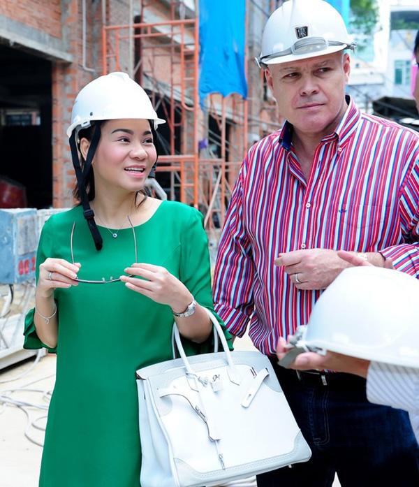 Thu Minh vác bụng bầy nặng nề cùng chồng đi xem và mua căn hộ mới cho con trai