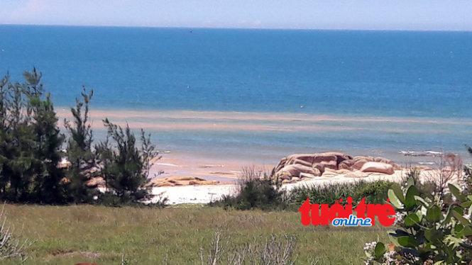 Nhiều km bờ biển bị nước bùn đỏ tràn xuống tạo thành dòng nước đỏ ven bờ - Ảnh: N.N.