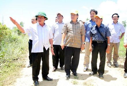 Đoàn kiểm tra tiến độ giao đất của UBND tỉnh Quảng Trị đi thực địa tại diện tích đất đang vướng mắc chưa được bàn giao. Ảnh: Hưng Thơ.