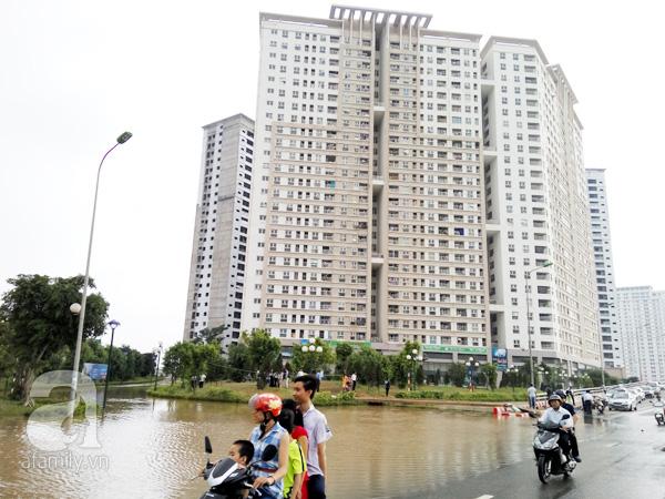 Chung cư HH2 Dương Nội bị cô lập suốt 2 ngày bởi nước lũ.