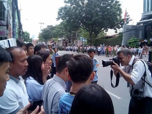 Một nhà báo Mỹ ghi lại khoảng khắc người dân TP.HCM chào đón Tổng thống Mỹ trên đường Nguyễn Bỉnh Khiêm. Ảnh: Ngô Tùng.