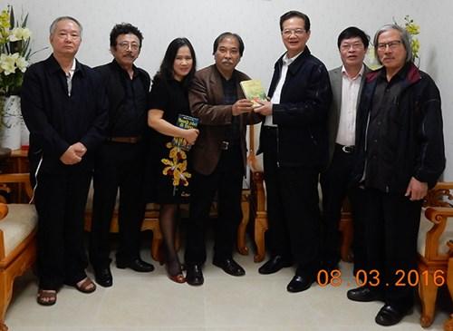 Thủ tướng chụp ảnh cùng các văn nghệ sĩ.