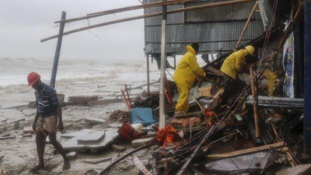 Nhà dân hư hại sau bão ở Bangladesh - Ảnh: AFP