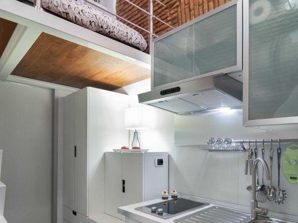 Hệ thống tủ lưu trữ đồ được đặt sát góc tường bên trong cạnh phòng tắm.