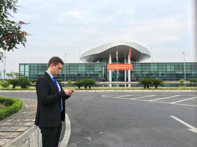 Mật vụ Mỹ tại sân bay Nội Bài chiều 22-5 - - Ảnh: VIỆT DŨNG
