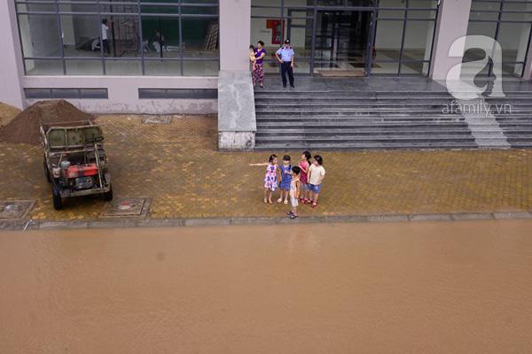 Nước ngập suốt 3 ngày chưa rút hế tại chung cư HH2 Dương Nội.
