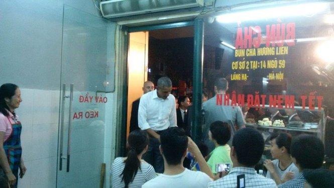 Nhiều thực khách chạy đến chụp ảnh ông Obama - Ảnh: Linh Giang