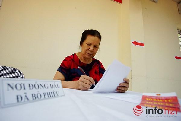 Công tác tổ chức bỏ phiếu tại các địa phương luôn được kết hợp giữa kinh nghiệm của người lớn tuổi...