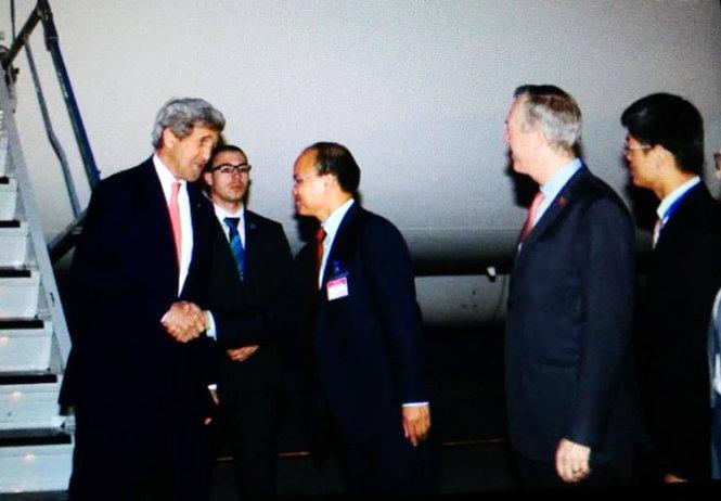 Ngoại trưởng Hoa Kỳ John Kerry đến sân bay Nội Bài - Ảnh: Việt Dũng.