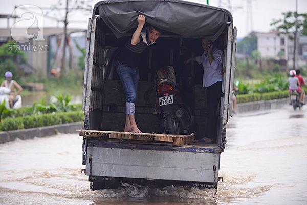 Cách di chuyển duy nhất trong mùa ngập lụt tại chung cư.