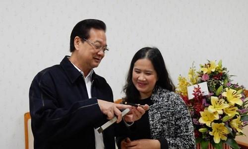 Thủ tướng Nguyễn Tấn Dũng và nhà văn Nguyễn Thị Thu Huệ.