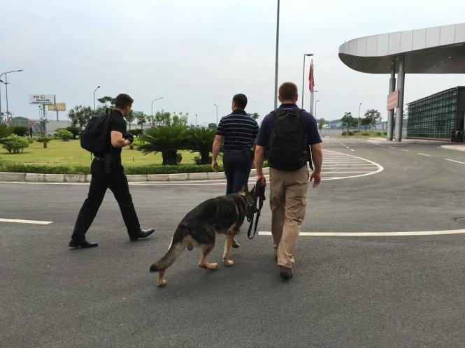 Chó nghiệp vụ được tăng cường tại sân bay kiểm tra an ninh trước khi Tổng thống Obama đến - Ảnh: VIỆT DŨNG