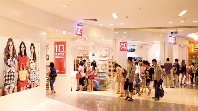 Những cửa hàng luôn sáng lóa và bắt mắt, thu hút rất đông các bạn trẻ.