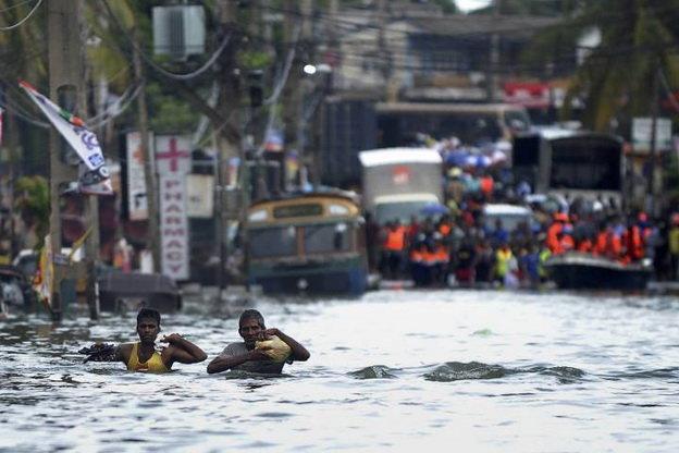Một khu vực ở ngoại ô Colombo, Sri Lanka bị ngập sâu do mưa lớn - Ảnh: Getty