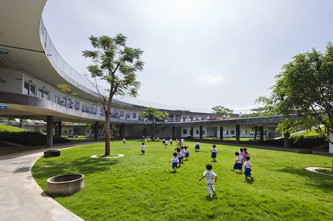 Nơi vui chơi rộng rãi nhưng tuyệt đối an toàn dành cho các em nhỏ. Các em sẽ được tha hồ khám phá, vui đùa trong không gian xanh này.
