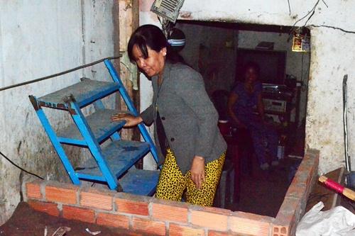 """Bà Nguyễn Thị Vân: """"Khổ lắm, nhà thấp hơn đường gần 1,5m. Giờ không nâng nhà lên thì không sống nổi, mà làm thì cũng phải chạy đôn chạy đáo để mượn tiền""""."""