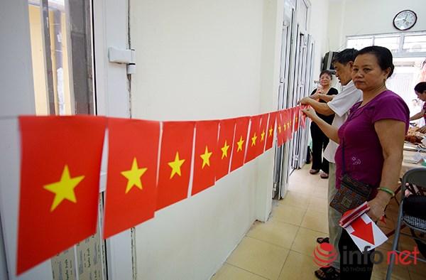 Những ngày này, sắc cờ đỏ sao vàng gần như có ở khắp mọi nơi trên phố phường Hà Nội.