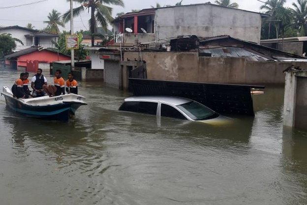 Hải quân Sri Lanka đi sơ tán người dân ở khu vực ngoại ô Colombo hôm 21-5 - Ảnh: Getty