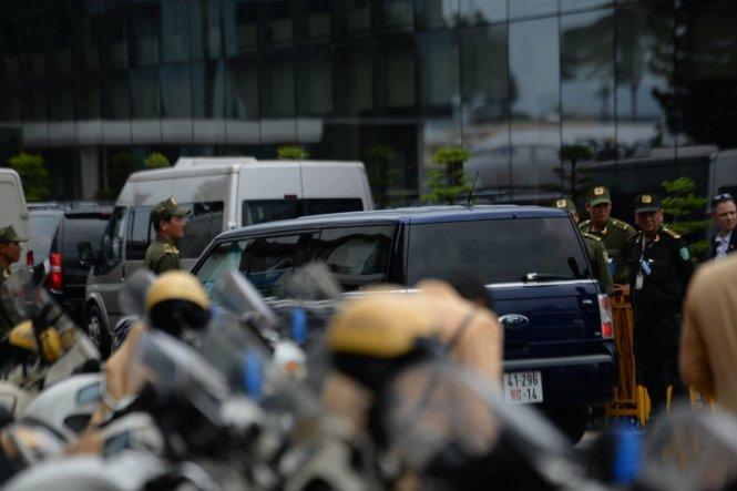 Đoàn xe chờ đón tổng thống Obama - Ảnh: Hữu Khoa