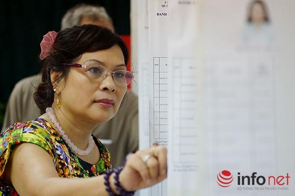 Người dân đọc lại thông tin các người ứng cử Quốc hội và HĐND các cấp.