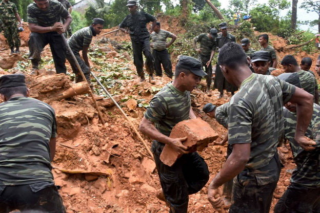 Lực lượng cứu hộ Sri Lanka đào bới tìm kiếm người sống sót sau lở đất ở khu vực Kegalle - Ảnh: Getty